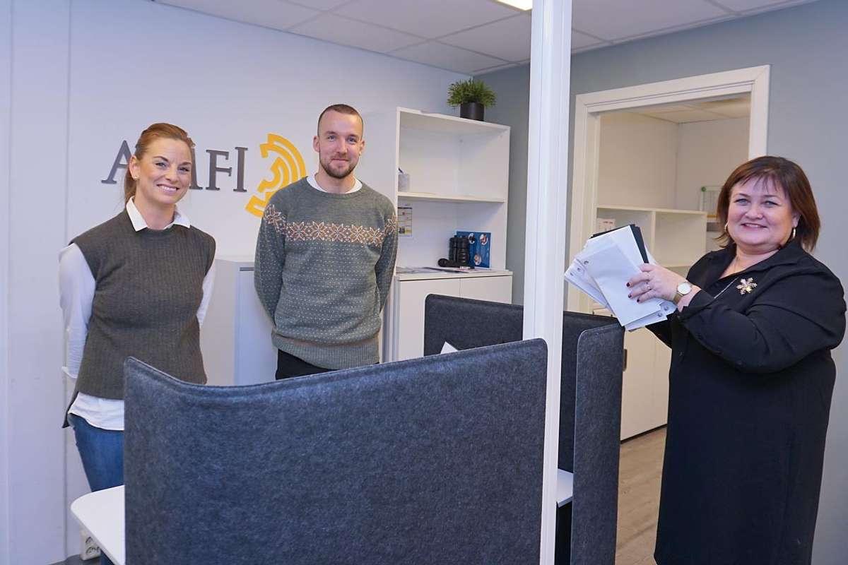 F.v.: Siri Ann og Endre tok i går imot gåverkort for 150.000 kroner frå ordførar. Men kven skal få dei? (Foto: Kjetil Vasby Bruarøy)