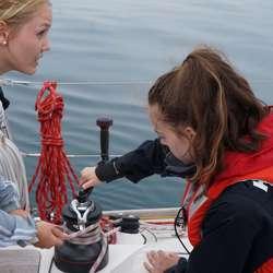 Samarbeid må til på vinsjen. Amalie og Solveig (privat foto)