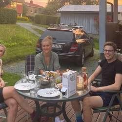 Grillmat hos venar i Trondheim. Ekstra godt etter ein unødvendig lang sykkeldag (Eirin prøvde seg som kartlesar)