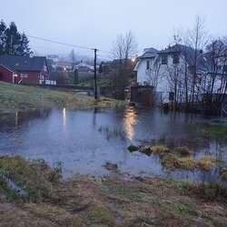 Det står mykje vatn på oppsida av butikken. (Foto: KVB)