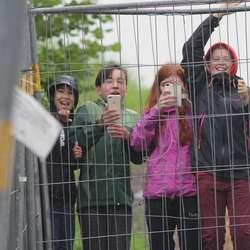 Unge fans samla seg mellom scenen og bacstage for å ta bilde. (Foto: KVB)