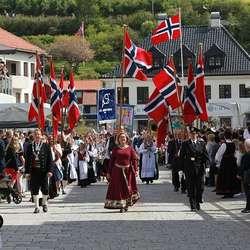 Gjennom Øyro sto det tett med publikum - høgt og lågt. (Foto: Christina F. Bruarøy)