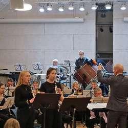 Regine Hatvik (t.v) og Kamilla Bentzen sat lista med glitrende klarinett-spel.  (Foto: KOG)