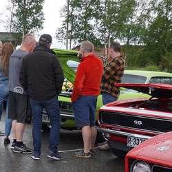 Folk flokka seg rundt Linda S. Håland sin vinnarbil. (Foto: KVB)