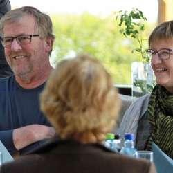 Næraste nabo til Minneparken, Oddvar Lyssand, fekk takk for å syta for straum til arrangementet kvart år. (Foto: KOG)