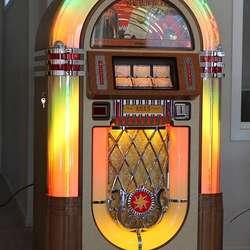 Jukeboxen kom til Søfteland frå USA onsdag i førre veke. (Foto: KVB)