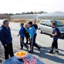 Mange ville ha seg ein appelsinbit ved Nore Neset skule... (foto: AH)
