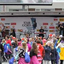 Eirik Søfteland med band på scenen (foto: Andris Hamre)