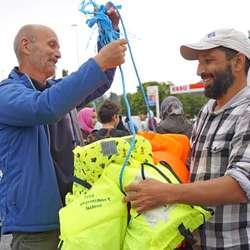 Knut Venge (t.v.) fekk god hjelp til å samla saman utstyret etter turen. (Foto: Kjetil Vasby Bruarøy)