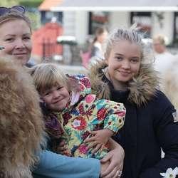 Svale (3) med mamma og tante for å selja skinnfell frå Bø. (Foto: KVB)