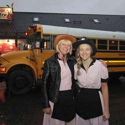 Innehavarane, Linda og dottera Hanne Catrin, lager velkomstfest for bussen.  (Foto: KVB)