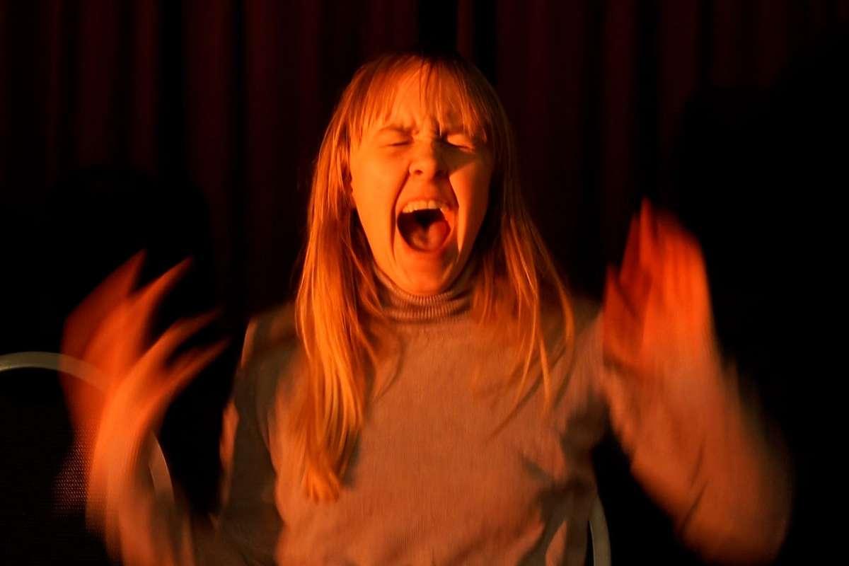 Hanne Dahl er ein av skodespelarane du kan sjå i stykket «Takk for at venter». (Foto: Os- barne og ungdomsteater)