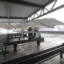 Bjelkar på opptil 15 meter blir lagt i magasina. (Foto: KVB)