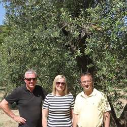 Hans, Eva og Santiago i Tarragona. (Foto: Os Travel)