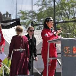 Russepresidentane Jenny og Sukanya heldt tale. (Foto: KVB)