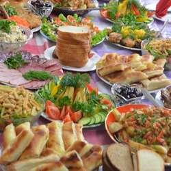Moldova er kjent for sitt gode kjøkken. Alle rettane er laga på kjøkkenet i barnehagen. Så nydeleg at det går nesten ikke an (å øydeleggja). Dei små glasa i venstre kant er til barnehagekonjakk. Moldova er på mange måtar ulikt Norge. (foto: Kåre Ness)