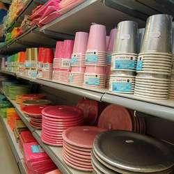 Koppar og fat i alle fargar. (Foto: KML)