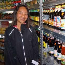 Sarawong gler seg over utvalet varer frå Thailand. (Foto: Kjetil Vasby Bruarøy)
