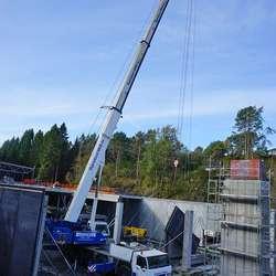 Denne mobilkranen var for tung for Lepsøybrua og måtte koma sjøvegen. (Foto: KVB)