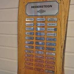 Det er lista over heidersteikn-mottakarar i laget òg. (Foto: KOG)