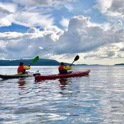 Bjørnafjorden Opplevelser har allereie gjennomført første padlekurs. (Foto: BjørnafjordenOpplevelser)