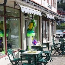 Utemøblar på plass, saman med opningshelsing frå Lilleballong (foto: AH)