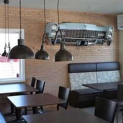 Linda og Hanne har fått naboen sin Cadilllac inn i restauranten. (Foto: KVB)