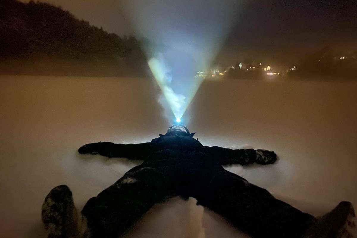 Ei lysande tid for dei skøyteglade. Her er Grim Spencer Sælen Grønvigh på Gåsakilen laurdag kveld. (Foto: Kjetil Osablod Grønvigh)