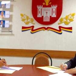 Hans Bjørn Bakketeig signerer avtale med det moldovske fengselsdirektoratet (Foto: Siri Fjørtoft/NORLAM)