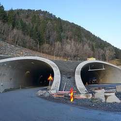 Arbeidet startar i Skogafjellstunnelen. (Foto: KVB)