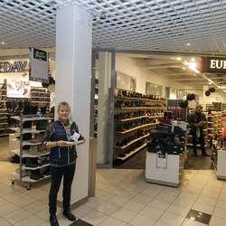 Marianne Bruarøy fortel om stor skohandel i begge butikkane fredag morgon. (Foto: Kjetil Vasby Bruarøy)