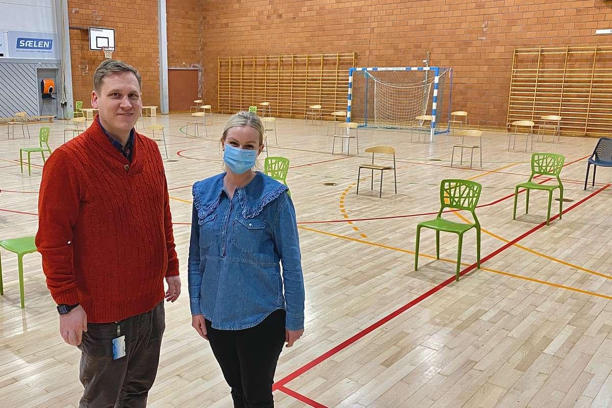 Assisterande kommuneoverlege Jonas Nordvik Dale og vaksinasjonskoordinator Nina Oen. (Foto: Ørjan Håland)