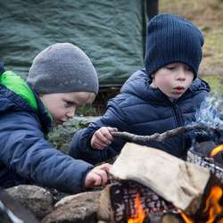 Sune og Bo bygger bål.  Det skal også ungane i Turboklubben læra. Dette kan du ikkje oppleva gjennom smarttelefonen eller ipaden. (Foto: André Marton Pedersen).