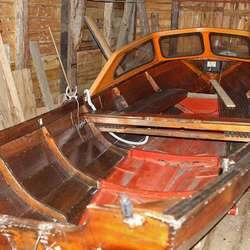 I naustet har Henrik denne båten, ein Askeladden bygd i tre. (Foto: Kjetil Vasby Bruarøy)