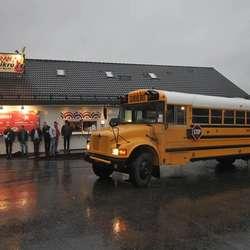 Mange cowboyar møtte fram for å sjekka skulebussen. (Foto: KVB)