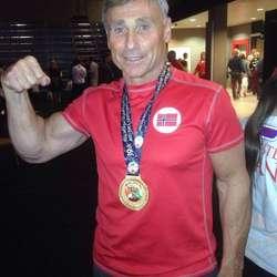 Arne med gullmedaljen. (Privat foto)