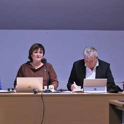 Nytt på rådhuset: Ordførar og vara side om side under kommunestyremøtet. (Foto: KVB)