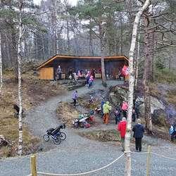 Nærare 50 barn og vaksne vart med på den første turen onsdag denne veka. (Foto: Os Turlag)