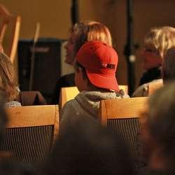 Publikum var av det vaksne slaget, men ein og annan ungdom dukka opp. (Foto: KOG)