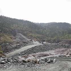 Kvernatjørn er tappa ned. Her kjem påslaget til Skogafjellstunnelen. (Foto: KVB)