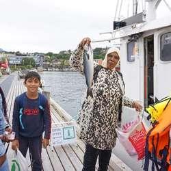 Fire makrell og seien Afaf viser fram blei dagens fangst. (Foto: Kjetil Vasby Bruarøy)