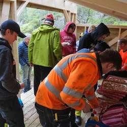 Dei hadde med seg pizza, brus og turkopp til tømrarelevane. (Foto: KVB)