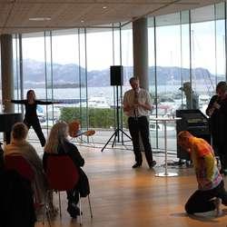 Glenn Erik Haugland og Heidi Tronsmo overraska med dansarar under utstillingsopninga (foto: Andris Hamre)