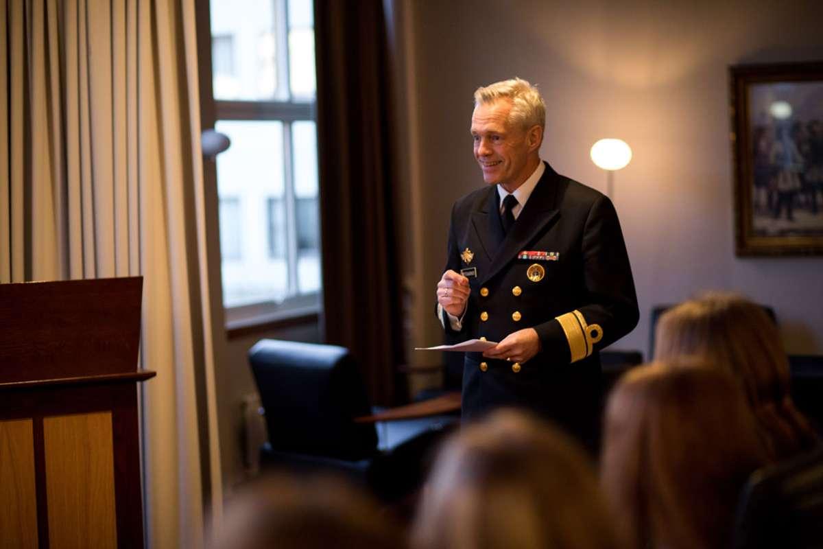 Kontreadmiral Nils Andreas Stensønes stod for utdelinga, på vegne av Forsvarssjefen. (Foto: Jakob Østheim / Sjøforsvaret)