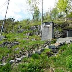 Det er lett å køyra ned Solstrandvegen utan å legga merke til denne trappa. (Foto: KVB)