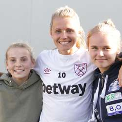 Nora og Mathilde besøkte òg West Ham.