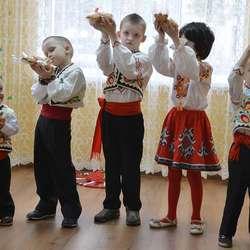 """Det var ikkje eit turt auga då borna til slutt delte brød med gjestane og framførte den eldgamle songen """"Hulubul Pacu"""":  Om mor som lengtar etter borna sine, og syng: Kom heim! La oss vera saman.  (foto: Kåre Ness)"""