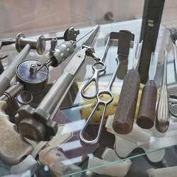Fleire av instrumenta er framleis i bruk. (Foto: KVB)
