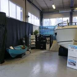 Den første plastbåten frå Askeladden saman med dagens flaggskip. (Foto: KVB)