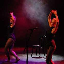 Aurora Aksnes og Julie Frances Roman. (Foto: KVB)